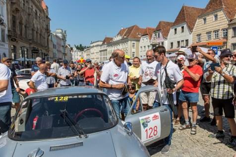 Beliebt wie eh und je: Hans Joachim Stuck, genannt Strietzel, ist immer noch ein Rennfahrer der Herzen. Hier ein Autogramm, da ein Selfie auf dem Stadtplatz von Steyr. © Porsche