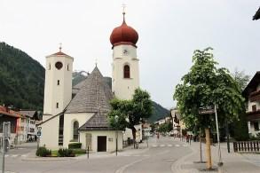 Beschaulich liegt der kleine Ort St. Anton am Arlberg im Sommer vor dem Verwallgebirge. Im Winter wird er regelrecht von den Touristen überrannt. Foto: so