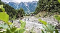 Eine ständig wachsende Gemeinde an E-Mountainbikern jeden Alters erklimmen die Pfade in die Berge bei malerischen Aussichten. Foto: TVB St. Anton Patrick Bätz