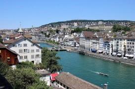 Der Fluss Limmat durchzieht die größte Stadt der Schweiz. Im Hintergrund der Uetliberg. © Kurt Sohnemann