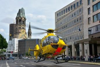 """ADAC-Luftrettung: """"Christoph 31"""" bei einem Einsatz in Berlin. Foto: Auto-Medienportal.Net/ADAC"""