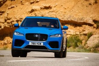 Perfekt wie bei einem Sportwagen sind die Fahreigenschaften des SUV. Die Lenkung ist straff und präzise, das Fahrwerk fast hart, eine Seitenneigung in Kurven kennt er kaum. © Jaguar