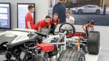 Jobmotor E-Mobilität: Rund um den Taycan, den ersten rein elektrisch betriebenen Sportwagen aus Zuffenhausen, schafft Porsche 1.500 zusätzliche Stellen. © Porsche