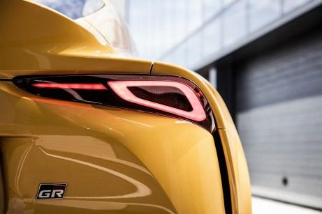 Mit diesem Design macht der Supra klar: Hier fahre ich – kraftvoll und fest verzahnt mit der Fahrbahn. © Toyota