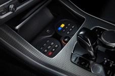 Wechselsprechanlage und Überfallalarm werden über die Tasten vor dem Automatik-Wählhebel bedient. © BMW