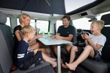 Durch die gedrehten Vordersitze entsteht eine Sitzgruppe für 4 Personen © VW Nutzfahrzeuge