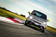 Zum Lieferumfang gehört zum Beispiel das aus dem Motorsport stammende, unten abgeflachte Lenkrad mit Zentrierungsmarkierung für besonders sportliches Fahren. © Abarth