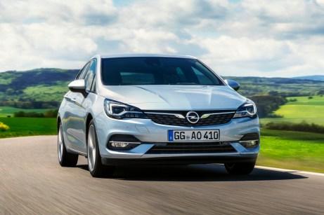 Optisch auffälligstes Merkmal des Facelifts ist die schlanke Chromspange im Kühlergrill. © Opel