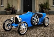 """Das Fahrzeug mit Hinterradantrieb verfügt über zwei wählbare Antriebsmodi für unterschiedlich erfahrene Fahrer: einen """"Kindermodus"""" mit einer Leistung von 1 kW, in dem die Geschwindigkeit auf maximal 20 km/h begrenzt ist sowie einen """"Erwachsenenmodus"""" mit einer Leistung von 4 kW, der Geschwindigkeiten bis maximal 45 km/h ermöglicht. © Bugatti"""