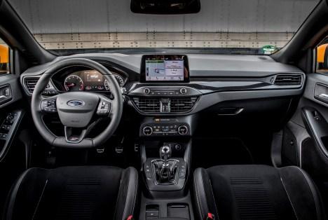 Das Cockpit in klassisch-analoger Ausführung ist gut und schnell ablesbar. © Ford