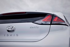 Erfreulich kurz geht das Laden an einer Ladestation mit CSS-Technik. Dort dauert es nur knapp eine Stunde bis der Akku des Ioniq bis auf 80 Prozent wieder hochgeladen ist. © Hyundai