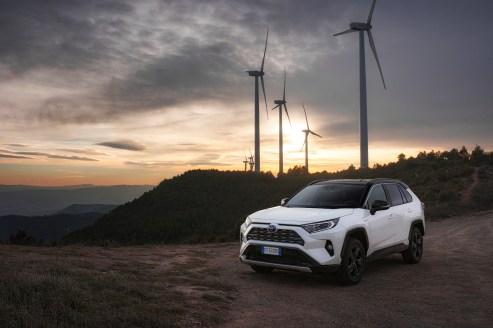 Weißer Riese: Der Toyota RAV4 Hybrid überzeugt mit niedrigem Verbrauch und geringen Schadstoff-Emissionen. © Toyota