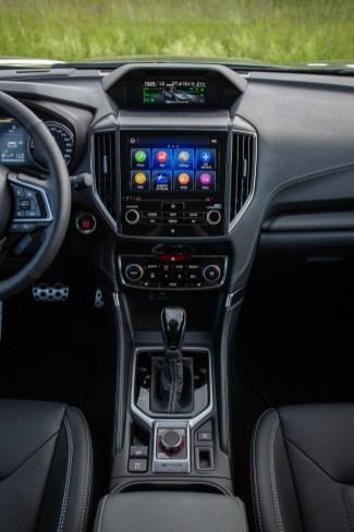 Über Knopfdruck auf den X-Mode-Schalter in der Mittelkonsole im Forester verbessert sich die Traktion auf rutschigen Oberflächen und steilen Anstiegen. © Subaru