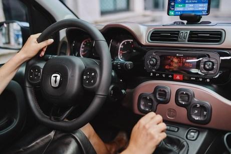 Die Verkleidung der Armaturentafel nimmt die Karosseriefarbe auf. Der Windhund-Kopf von Trussardi übernimmt zudem vom Fiat-Logo den Platz in der Mitte des Lenkrads. © FCA