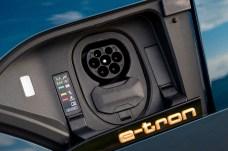 Wären da nicht die Ladeklappe am linken vorderen Kotflügel und die dezente, grün hinterlegte Modellbezeichnung, würde nichts auf Audis Aufbruch in ein neues Mobilitäts-Zeitalter hinweisen. © Audi