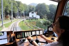In der Zahnradbahn, die von Elisabeth de Ambrosi auf den Monte Generoso chauffiert wird, haben 96 Passagiere einen Sitzplatz. © Kurt Sohnemann