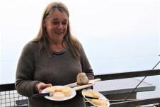 Bäuerin Marisa Clericetti bietet ihren Gästen frisch hergestellten Zincarlin und andere Käsesorten an. © Kurt Sohnemann