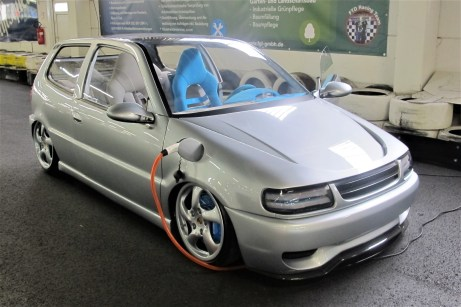Zum Glas-Panoramadach kommt beim Polo e-drive concept eine blaue Inneneinrichtung.