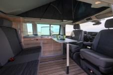 """Wohnlich eingerichtet: Neu sind das Dekor """"Bright Oak"""" und das Design der Möbel. © VW Nutzfahrzeuge"""