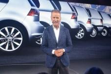 """Vor den """"alten"""" C-Säulen stimmte VW-Vorstand Dr. Diess auf den neuen Golf ein."""