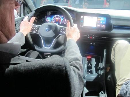 Eine radikale Wandlung erfuhr das Cockpit durch zwei große Bildschirme
