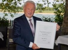 Die Urkunde der Messe Düsseldorf präsentiert Harald Striewski voller Stolz.