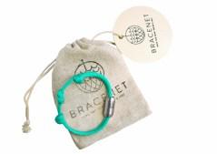 Neu im Bordverkauf: nachhaltige Armbänder aus recycelten Fischernetzen. Foto: TUI