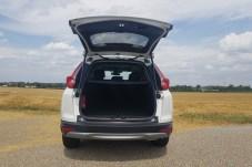Das Kofferraum-Volumen des Hybrid-SUV ist wegen des Akkus unter der Abdeckung etwas kleiner als beim reinen Verbrenner-CR-V. © Jutta Bernhard / mid
