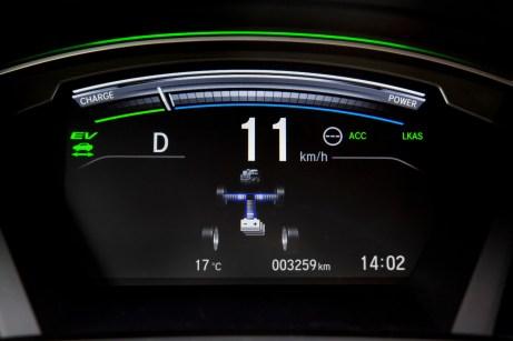 Informativ: Der Balken oben zeigt die Ladung oder Entladung der Batterie an, darunter wird der Energiefluss dargestellt. © Honda