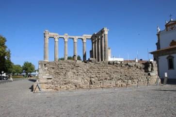 Die Überreste des Tempels der Diana ragt als ältestes Bauwerk Evoras aus den Stilen unterschiedlicher Jahrhunderte heraus. © Kurt Sohnemann