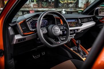 Jung, frisch und trendy wirkt das Cockpit. Man darf nur nicht am Kunststoff klopfen, denn dann klingt es etwas hohl. © Audi