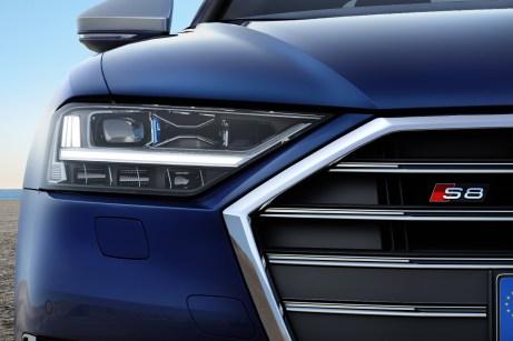 Der Kühler mit den Doppel-Lamellen kennzeichnet den S8. © Audi
