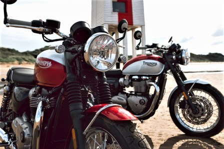 Triumph Bonnneville T 100 Bud Ekins (vorne) und T 120 Bud Ekins. Foto: Auto-Medienportal.Net/Triumph