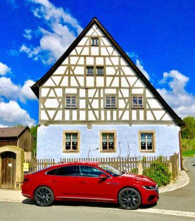 Der Arteon ist ein Coupe – ein viertüriges zwar, aber dennoch ein richtiges, besitzt es doch rahmenlose Scheiben – ein absolutes Muss für diese Fahrzeuggattung. © Klaus H. Frank