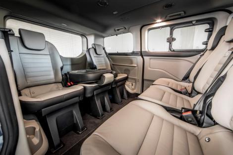 Der Ford Tourneo Custom PHEV mit gegenüberligenden Sitzreihen. © Ford