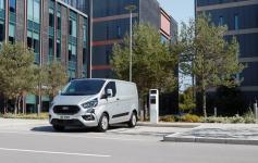 Der Ford Transit PHEV an der Ladestation.© Ford