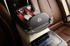 Fürs leibliche Wohl: Trink-Pokale besitzen im Maybach ein eigenes Schubfach. © Daimler