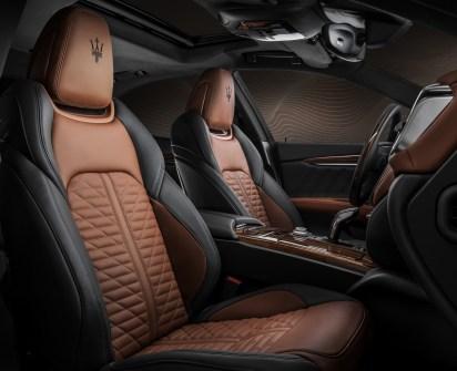 """Nur die edelsten Bezüge sind gut genug für die oberste Maserati-Linie """"Royale"""". Der Dreizack des Neptun darf freilich auf den Kopfstützen nicht fehlen. © Maserati"""