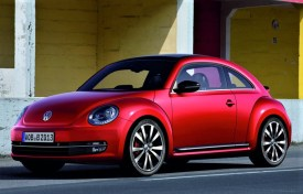 """Die Designer Freeman Thomas und J. Carrol Mays kreieren ein Fahrzeug mit einer rundlichen Formsprache, die Tradition und Moderne gleichermaßen spiegelt. Auf der Detroit Motor Show präsentieren sie im Januar 1994 schließlich ihre Studie """"VW Concept One"""", ein Auto wie eine Halbkugel, fließende Formen, kompakt, anders, retro – eine Sensation und die Geburtsstunde des New Beetle. © Volkswagen"""