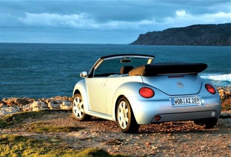 """Die positive Reaktion des Publikums und der Fachmedien auf den New Beetle ermutigt Volkswagen, die Idee weiterzuverfolgen. Schon im März des Jahres 1994 stellt die Marke auf dem Automobilsalon in Genf ein Cabrio auf Basis des """"Concept One"""" vor. © Volkswagen"""