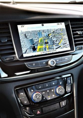 Das 8-Zoll- Farbtouchscreen ist sauber eingebettet in die Armaturentafel und die zentrale Instrumentenanzeige ist gut ablesbar. © Opel
