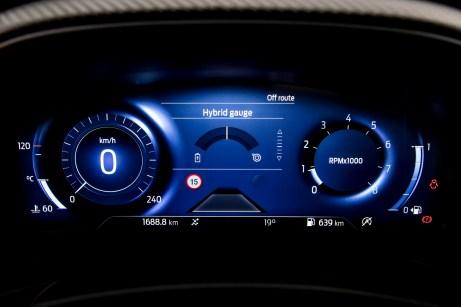 Die Anzeigen im Instrumententräger haben von klassischen Zeigerinstrumenten auf Bildschirm gewechselt. © Ford