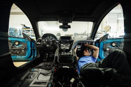 Außen BMW, innen Alpina: So sieht es aus, wenn das Serienfahrzeug in den Werkshallen von Alpina umgebaut wird. Nahezu der ganze Innenraum wird entkernt. © Alpina