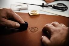 Dezent wird das Alpina-Zeichen auch ins feine Leder eingearbeitet. Nur nicht auffallen lautet die Devise der Autobauer aus dem schwäbischen Buchloe. © Alpina