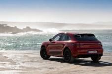 Viele dunkle Elemente prägen das Erscheinungsbild des Macan GTS. Das fängt bei den schwarzen 20-Zoll-Felgen an und setzt sich als Designmotto durch das ganze Fahrzeug fort. © Porsche