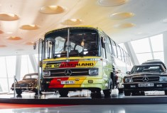 "Mercedes-Benz O 302 Reisebus ""Weltmeisterbus"". Exponat der Dauerausstellung im Mercedes-Benz Museum, Raum Collection 4 – Galerie der Namen. © Mercedes-Benz"