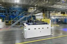 Lieferant mit eingebautem Glockenspiel: Der Transportbock für die Batterie fährt vollautomatisch zum Fließband. © Hyundai