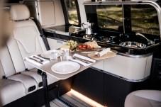 Mahlzeit! Vier Menschen können hier Platz nehmen. Fahrer- und Beifahrersitz lassen sich nach hinten schwenken. © Daimler