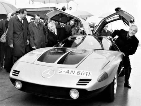 Bundespräsident Walter Scheel besuchte am 30. Oktober 1974 die Daimler-Benz AG in Stuttgart. Vorstandsmitglied Prof. Dr. Hans Scherenberg (r.) fuhr mit ihm eine Versuchsrunde auf dem Untertürkheimer Testgelände im Mercedes-Benz C 111-II (1970). Foto: Auto-Medienportal.Net/Daimler