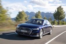 Dezenter Hinweis: Die Doppelspeichen im Grill und der S8-Schriftzug als Unterscheidungsmerkmale zum A8. © Audi